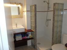 La salle d'eau avec linge fourni