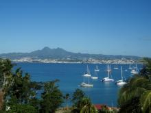 Les pitons du Carbet se dessinent au delà de la baie de Fort de France