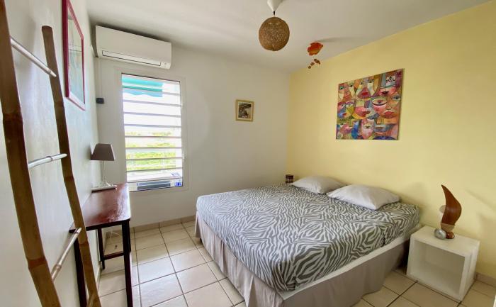 La chambre climatisée avec lit en 160