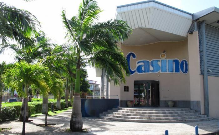 Le Casino est juste derrière l' anse Mitan