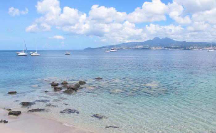 Vue sur les Pitons du Carbet depuis la plage...