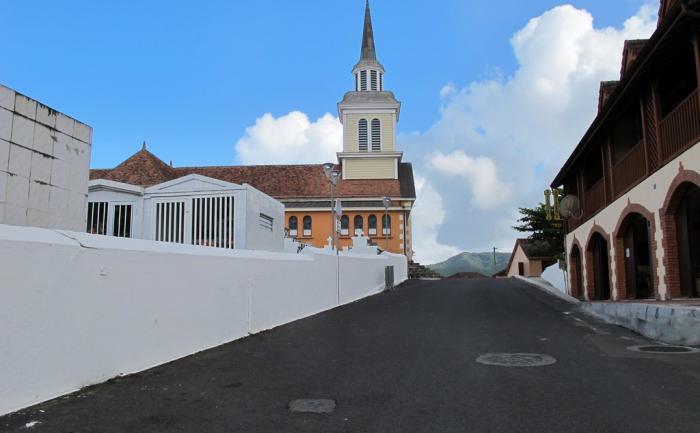 Rue de l'église au bourg des Trois-Îlets